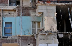 Аварийным зданиям в Петербурге изменили правила расселения